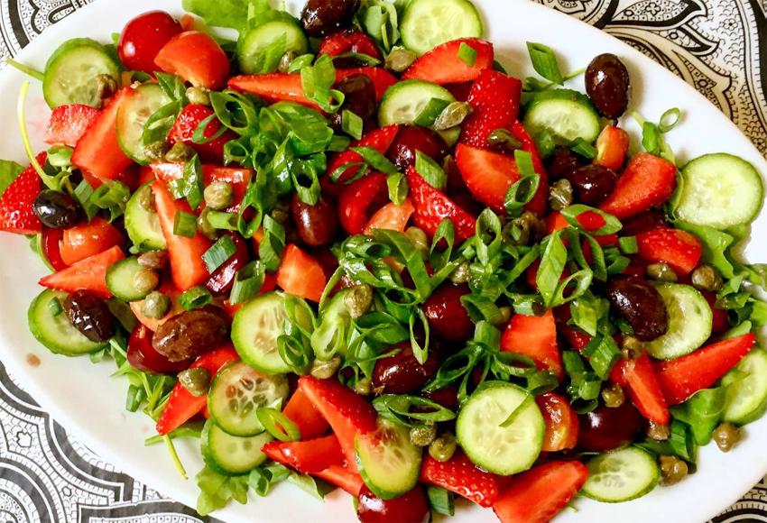 ensalada-de-tomates-fresas-y-cerezas