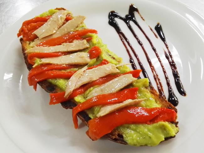 tosta-guacamole-pimientos